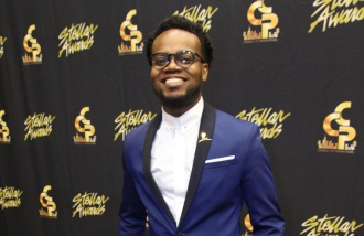 travis greene backstage at the 2016 stellar awards